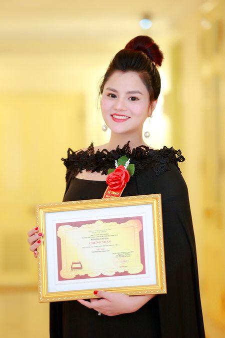 Vu Thu Phuong bung bau khe ne di nhan giai - Anh 7