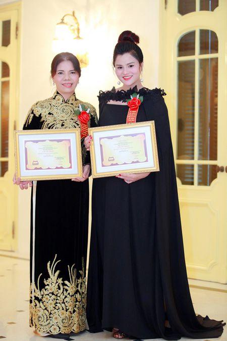 Vu Thu Phuong bung bau khe ne di nhan giai - Anh 8