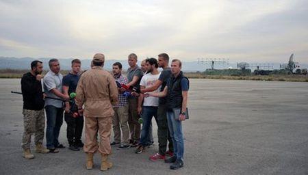 Phi cong cuong kich Su-24 Nga noi gi sau khi ve can cu? - Anh 1