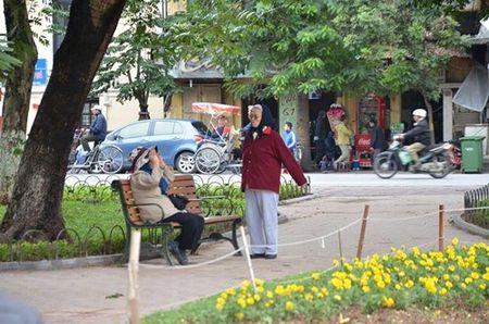 Nhiet do giam sau, nguoi Ha Noi 'thuong thuc' gio lanh mua Dong - Anh 10