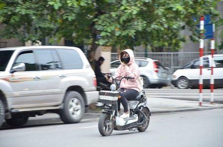Nhiet do giam sau, nguoi Ha Noi 'thuong thuc' gio lanh mua Dong - Anh 19