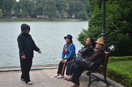 Nhiet do giam sau, nguoi Ha Noi 'thuong thuc' gio lanh mua Dong - Anh 2