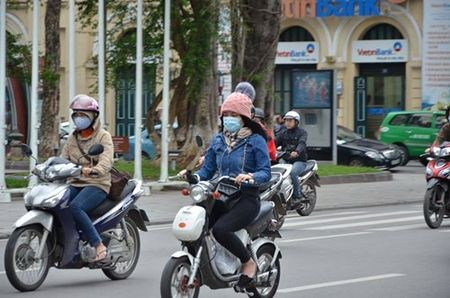 Nhiet do giam sau, nguoi Ha Noi 'thuong thuc' gio lanh mua Dong - Anh 3