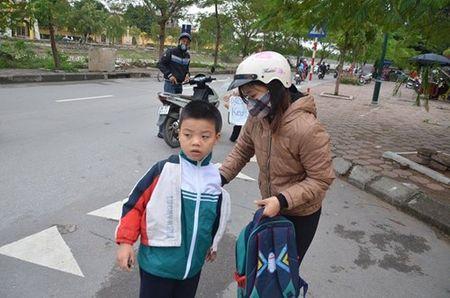 Nhiet do giam sau, nguoi Ha Noi 'thuong thuc' gio lanh mua Dong - Anh 4