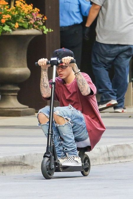 Justin Bieber vui ve 'cuoi' scooter tren pho sau khi huy loat show - Anh 3