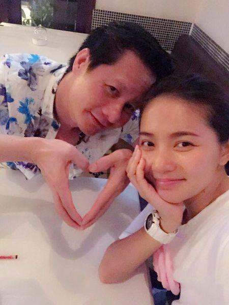 Doanh nhan Duc An nhi nhanh selfie cung vo moi Phan Nhu Thao - Anh 1