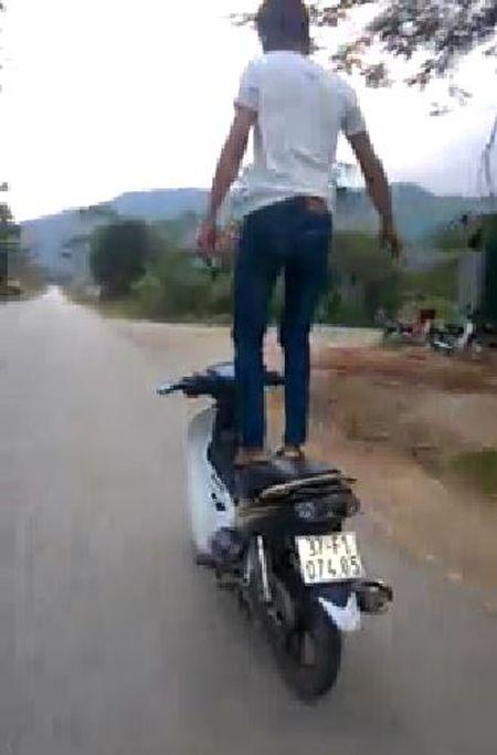 Truy tim thanh nien lieu mang bo tay lai de xe may tu chay - Anh 2