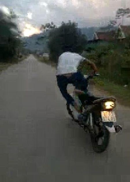 Truy tim thanh nien lieu mang bo tay lai de xe may tu chay - Anh 3