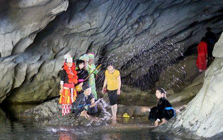 Chiem Hoa (Tuyen Quang) danh thuc tiem nang du lich - Anh 1
