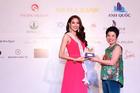 """Pham Thi Huong dat so do """"vang"""" truoc them Miss Universe - Anh 8"""