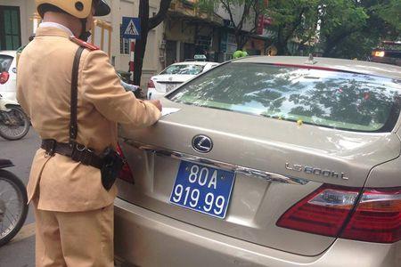 Ha Noi: Tam giu xe Lexus mang bien xanh gia 80A-919.99 - Anh 1