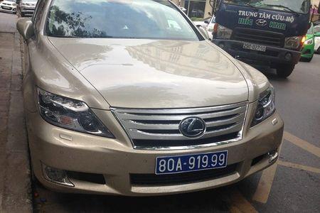 Ha Noi: Tam giu xe Lexus mang bien xanh gia 80A-919.99 - Anh 2