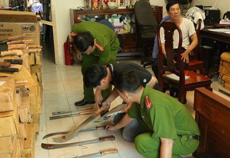 """Phat hien kho dao, kiem, ma tau """"doi lot""""... hang nong cu - Anh 1"""