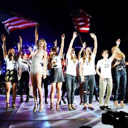 """Diem mat khach moi """"khung"""" trong tour dien cua Taylor Swift - Anh 19"""