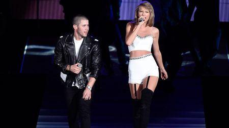 """Diem mat khach moi """"khung"""" trong tour dien cua Taylor Swift - Anh 21"""