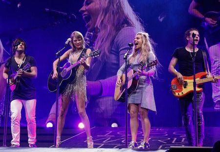 """Diem mat khach moi """"khung"""" trong tour dien cua Taylor Swift - Anh 9"""