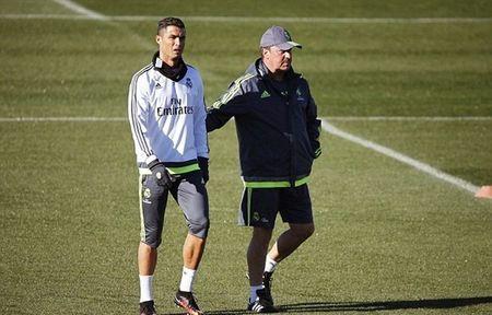 """HLV Rafael Benitez """"do danh"""" Cristiano Ronaldo tren san tap - Anh 2"""