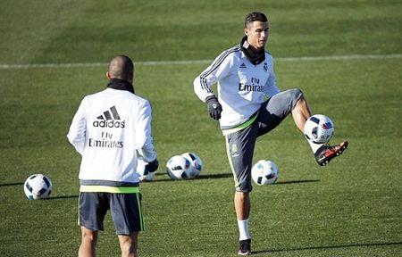 """HLV Rafael Benitez """"do danh"""" Cristiano Ronaldo tren san tap - Anh 3"""