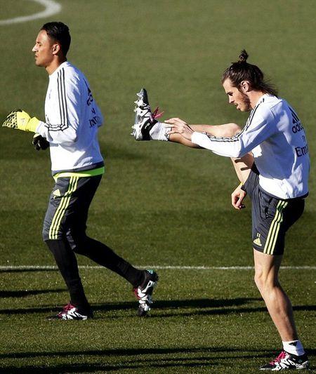 """HLV Rafael Benitez """"do danh"""" Cristiano Ronaldo tren san tap - Anh 5"""