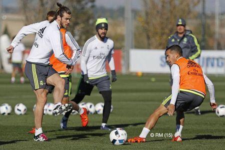 """HLV Rafael Benitez """"do danh"""" Cristiano Ronaldo tren san tap - Anh 9"""
