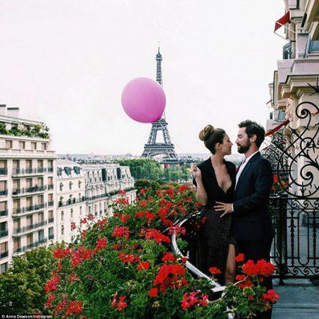 Co gai mang theo qua bong hong du lich khap Paris - Anh 12