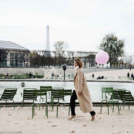 Co gai mang theo qua bong hong du lich khap Paris - Anh 1