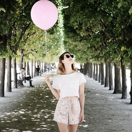 Co gai mang theo qua bong hong du lich khap Paris - Anh 6