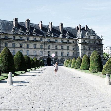 Co gai mang theo qua bong hong du lich khap Paris - Anh 9