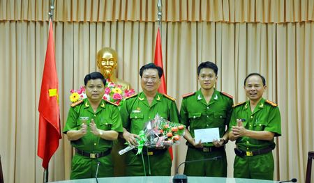 Phat hien so luong lon dung cu the thao va phu kien dien thoai khong hoa don chung tu - Anh 1