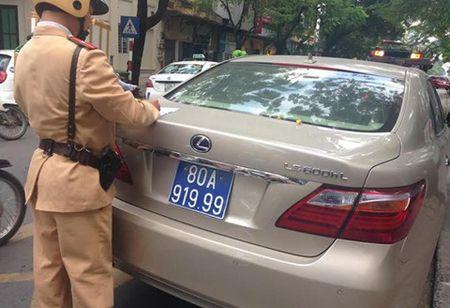 Tam giu xe Lexus tien ty dung bien xanh gia o Ha Noi - Anh 1