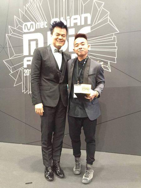 Phuc Bo nhan giai MAMA 2015 cung ong chu nha JYP - Anh 1