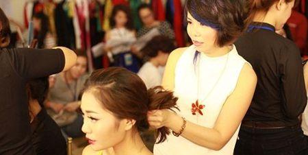 """Nha tao mau toc Thu Hoai: 25 nam """"con say tinh"""" tuyet dep - Anh 1"""