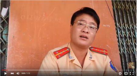 Nguoi dan 'vach sai pham' cua CSGT trong Clip doi dap nen na voi dan - Anh 1