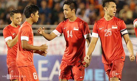 Trong tai cho cau thu vao san sai luat trong tran U21 Viet Nam - Anh 1