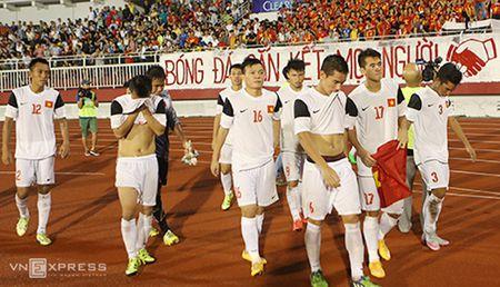 Trong tai cho cau thu vao san sai luat trong tran U21 Viet Nam - Anh 2