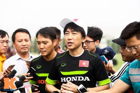 """HLV Miura """"ne"""" tra loi ve Cong Phuong va HAGL - Anh 1"""