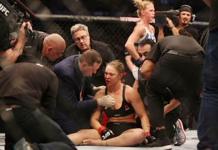 Ronda Rousey tai xuat sau tran thua lich su - Anh 3