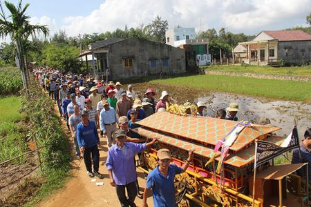 Dam tang ngu dan bi ban chet tren bien: Nuoc mat da can kho - Anh 1
