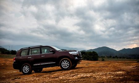 Chi tiet Toyota Land Cruiser 2015 gia hon 2,8 ty dong - Anh 2