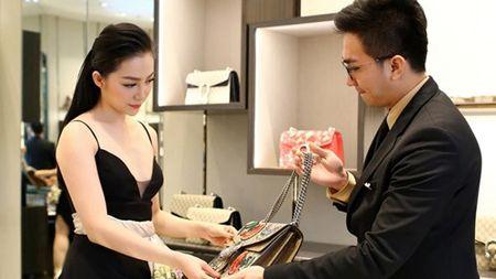 Linh Nga dien vay xe nguc xuong pho di mua sam - Anh 3