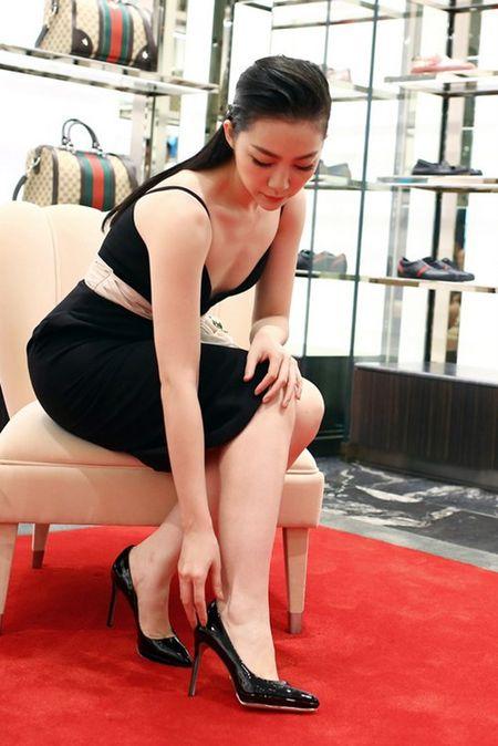 Linh Nga dien vay xe nguc xuong pho di mua sam - Anh 6