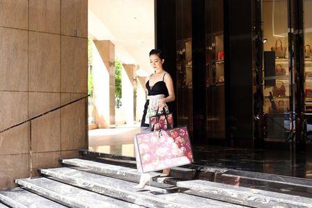 Linh Nga dien vay xe nguc xuong pho di mua sam - Anh 7