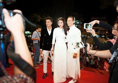 Truong Ngoc Anh, Kim Ly mac ao dai sanh doi tren tham do - Anh 4