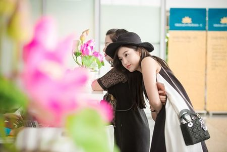 Huyen My bi fan 'vay kin' o san bay Myanmar - Anh 4