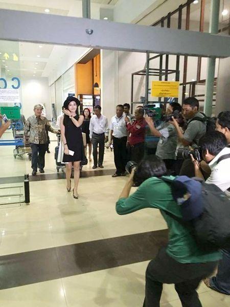 Huyen My bi fan 'vay kin' o san bay Myanmar - Anh 6