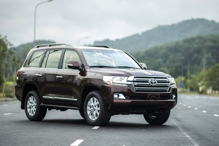 Toyota Viet Nam gioi thieu Land Cruiser 2015 - gia ban 2,825 ty dong - Anh 1