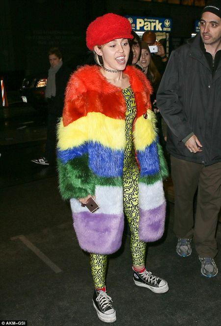 """Gai hu"" Miley Cyrus thay doi kinh ngac, kin dao hiem thay sau khi cong khai tinh moi - Anh 10"