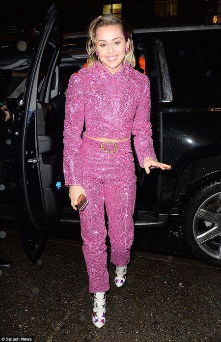 """Gai hu"" Miley Cyrus thay doi kinh ngac, kin dao hiem thay sau khi cong khai tinh moi - Anh 2"