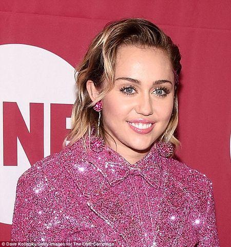 """Gai hu"" Miley Cyrus thay doi kinh ngac, kin dao hiem thay sau khi cong khai tinh moi - Anh 5"