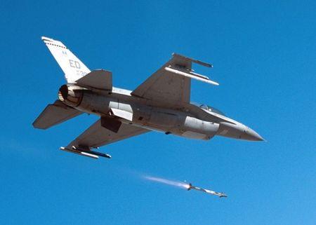 Suc manh khung khiep ten lua AIM-9X tieu diet muc tieu trong 35km - Anh 1